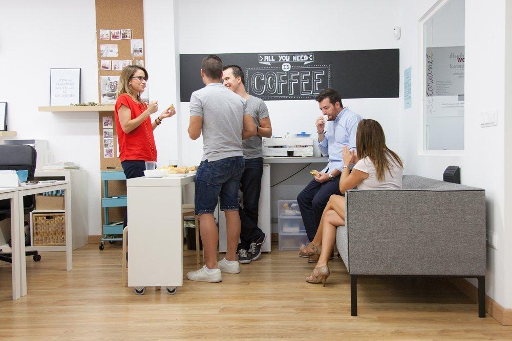 Rincón de cafetería de Coworking La Eliana en Valencia, España.