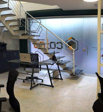Colab, un espacio de coworking moderno y colorido.
