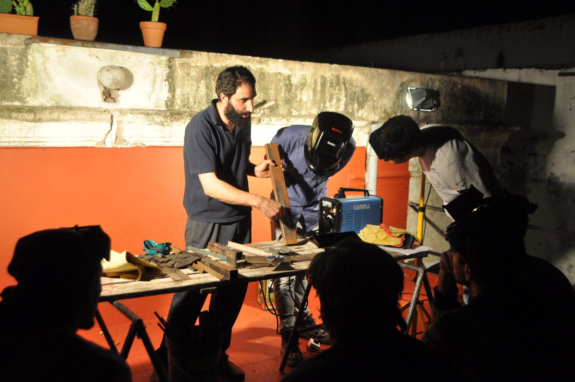 Trabajando con hierro y madera en el coworking Laborando de Buenos Aires.