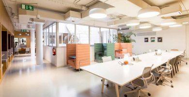 Hot desks y espacios aislados para hablar por teléfono.