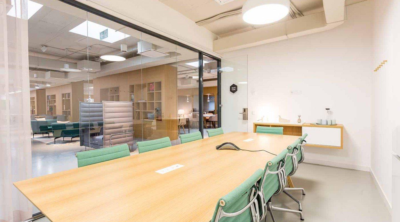 Una sala de reuniones en el espacio 22 Arroba.