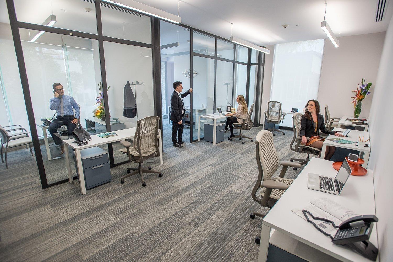 Vista de oficinas privadas y escritorios dedicados.