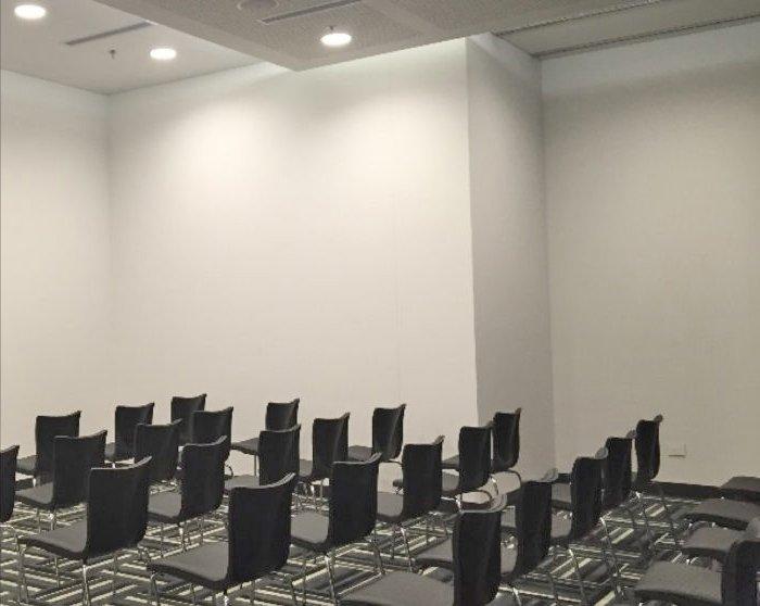 Sala de presentaciones para 50 personas.